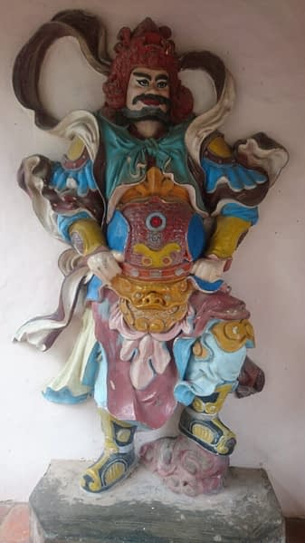 This chap stands guard in the entrance way in to the grounds of the Pagoda Of The Celestial Lady